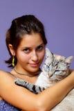 Portrait des schönen Mädchens und ihrer Katze stockfotos