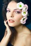 Portrait des Schönheitsmädchens mit dem Blumenhaar Lizenzfreies Stockbild