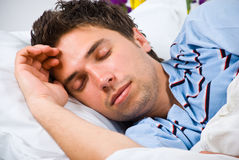 Portrait des Schlafens des jungen Mannes Lizenzfreie Stockbilder