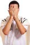 Portrait des schließenden Gesichtes des jüdischen Mannes mit seinen Händen Lizenzfreies Stockbild