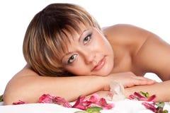 Portrait des schönen Mädchens mit Blumen Lizenzfreies Stockbild
