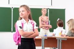 Portrait des Schulmädchens mit Rucksack Stockfoto
