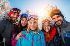 Portrait des skieurs d'amis des vacances d'hiver Images libres de droits