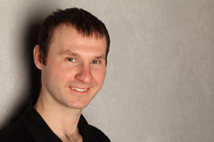 Portrait des smilimg Mannes (mit copyspace) Lizenzfreie Stockbilder