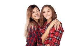 Portrait des soeurs attirantes dans leurs chemises à carreaux rouges Image libre de droits