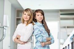 Portrait des soeurs mignonnes se tenant ensemble à la maison Images libres de droits