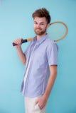 Portrait des sports debout d'homme américain avec la raquette de tennis images stock