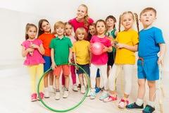 Portrait des sports heureux professeur et enfants au gymnase Images stock