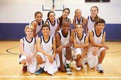 Portrait des sports Team In Gym de lycée images stock