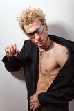 Portrait des stattlichen blonden Mannes in den Sonnenbrillen Lizenzfreie Stockfotos