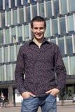 Portrait des stattlichen jungen Mannes Lizenzfreie Stockbilder