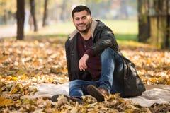 Portrait des stattlichen jungen Mannes im Herbstpark Stockbilder
