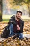 Portrait des stattlichen jungen Mannes im Herbstpark Stockfoto