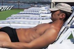 Portrait des stattlichen Mannes schlafend auf Rücksortierung Stockbild