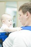 Portrait des stattlichen Vaterholdingsohns im Riemen Lizenzfreie Stockfotos