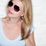 Portrait des stilvollen beiläufigen Mädchens mit Sonnenbrillen Stockbilder