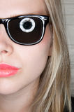 Portrait des stilvollen beiläufigen Mädchens mit Sonnenbrillen Lizenzfreies Stockfoto
