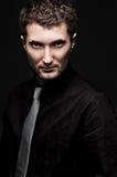 Portrait des stilvollen Mannes im schwarzen Hemd Stockbilder
