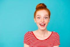 Portrait des stylets de fille gais attrayants adorables mignons intéressants photographie stock