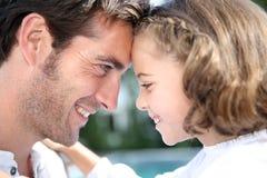 Portrait des têtes de penchement de père et de fille Images libres de droits