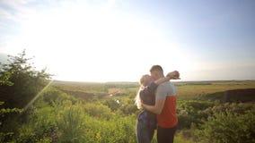 Portrait des touristes affectueux sur une montagne banque de vidéos