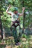 Portrait des tragenden Sturzhelms und des Steigens des Jungen. Stockfotos