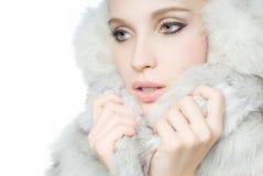 Portrait des tragenden weißen Pelzes des Mädchens Lizenzfreies Stockfoto