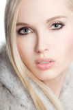 Portrait des tragenden weißen Pelzes des Mädchens lizenzfreies stockbild