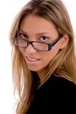 Portrait des Tragens der jungen Frau eyewear Lizenzfreie Stockbilder