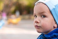 Portrait des traurigen Jungen auf Spielplatz Stockbilder