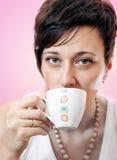 Portrait des trinkenden Kaffees der schönen Frau Lizenzfreies Stockbild