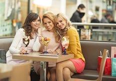Portrait des trois amies gaies Photographie stock