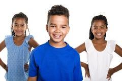 Portrait des trois enfants noirs heureux, fond blanc photo stock