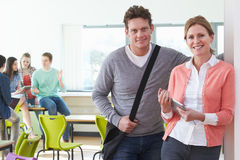Portrait des tuteurs masculins et féminins d'université dans la salle de classe Images stock