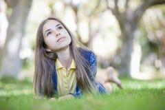 Portrait des Tween-Mädchens auf Gras Lizenzfreie Stockfotografie
