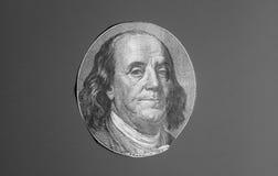 Portrait des US-Staatsmannes, -erfinders und -diplomaten Benjamin Franklin, wie er auf hundert Dollarscheingegenstücck schaut S P Stockbilder