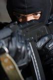 Portrait des Verbrechers mit einer Gewehr Stockfotos