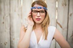 Portrait des verres de port et du bandeau d'une femme blonde photo stock