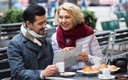 Portrait des voyageurs ayant le repos en café de rue Image libre de droits