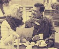 Portrait des voyageurs ayant le repos en café de rue Photos libres de droits