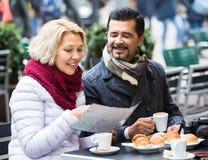 Portrait des voyageurs ayant le repos en café de rue Photos stock