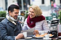 Portrait des voyageurs ayant le repos en café de rue Image stock