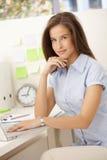 Portrait des weiblichen Büroangestellten Stockbild