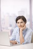 Portrait des weiblichen Büroangestellten mit Computer Stockfotos