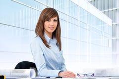 Portrait des weiblichen Büroangestellten am Schreibtisch. Lizenzfreies Stockfoto