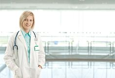 Portrait des weiblichen Doktors auf Krankenhausflur Stockfoto