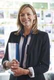 Portrait des weiblichen Immobilienmaklers im Büro Stockfotografie