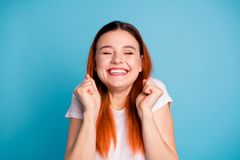 Portrait des yeux étroits d'adolescent de poings de l'adolescence géniaux drôles mignons d'augmenter intéressés parler en faveur  image stock