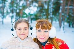 Portrait deux drôle en hiver Photographie stock