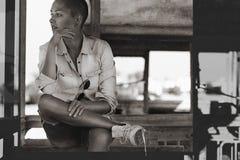 Portrait dirigé rasé de visage de fille, style noir et blanc d'art photographie stock libre de droits